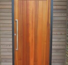 Двери из кедра в ванной комнате
