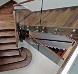Лестницы из дерева ореха