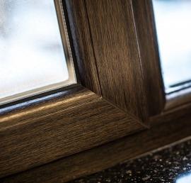 Окна из дерева ореха на лоджии