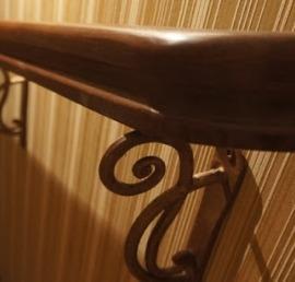 Перила и поручни из массива ели для лестниц