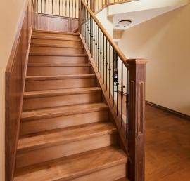 Поручни из массива ореха для лестниц
