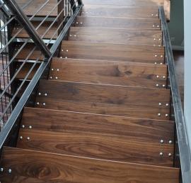 Ореховые ступени для лестниц